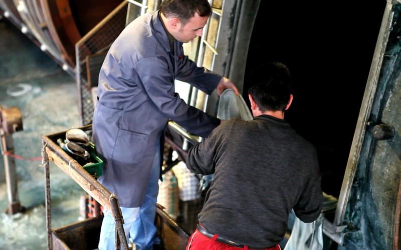 Tecnico FGL International durante un controllo di produzione in conceria.